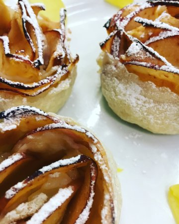 Caselle di Sommacampagna, Italy: rose di mele e pasta sfoglia