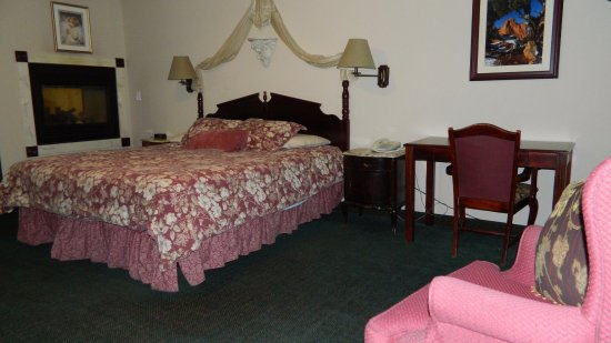 Rodeway Inn Manitou Springs: Ground floor room with jacuzzi tub and fireplace