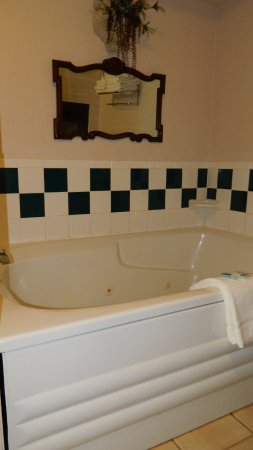 Rodeway Inn Manitou Springs: Two person jacuzzi tub