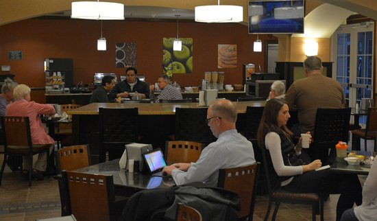 La Quinta Inn & Suites Bentonville: Dining area for Complimentary Breakfast