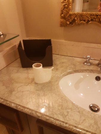 Castlemartyr, Ireland: This is how you dry your hands in a five star, with toilet paper