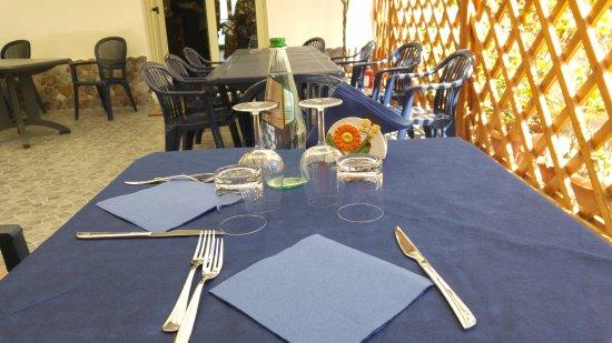 Villafranca Tirrena, Italie : Tavolo esterno
