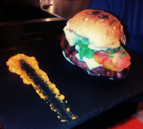 Ceva, Italia: I nostri Hamburger della Granda con chips artigianali di Mombarcaro.
