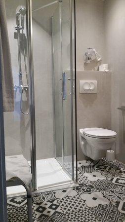 petite salle d\'eau mais retappé à neuf et fonctionnelle - Photo de ...
