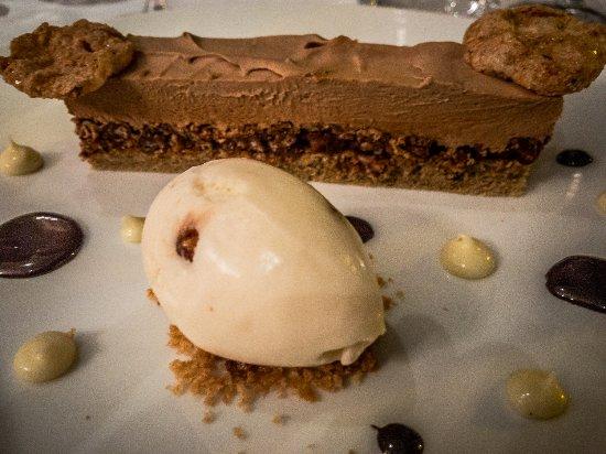 Restaurant Eleonore : Choco-Caramel-Café, with a creéme glacé sirop d'érable and noix pécan.