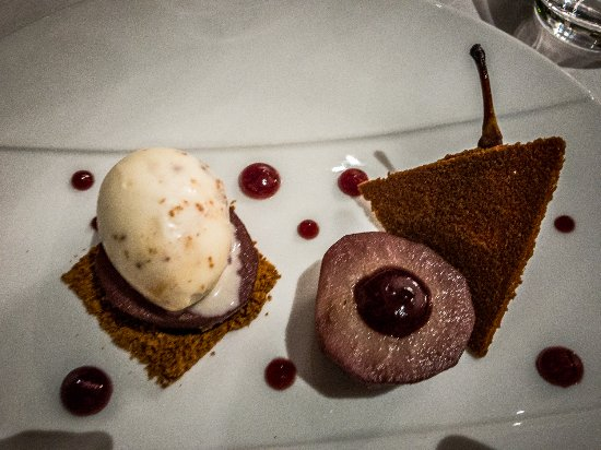 Restaurant Eleonore : Pears poached in wine with a speculoos ice cream and an almond cookie.