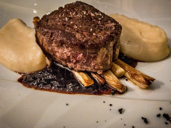 Restaurant Eleonore : Filet de bœf with racines de persil au beurre noisette, white asparagus and a sauce of port and
