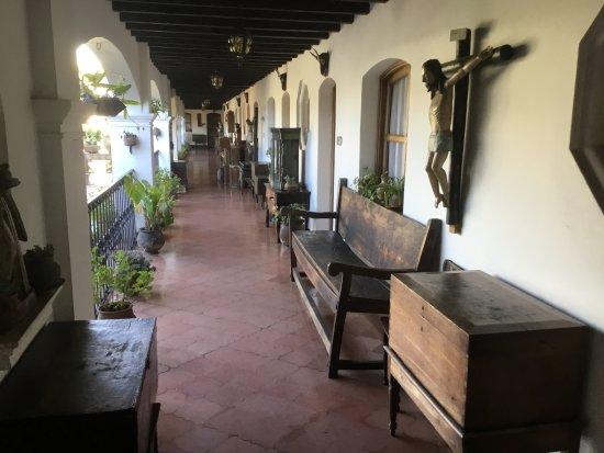 Santo Tomas Hotel: des espaces de circulation très riches en meubles et objets anciens