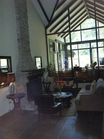 The Riverside Inn Boquete: Sitting room looking towards common area