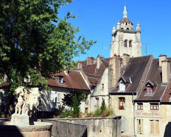 Dole, Frankrijk: La Place aux Fleurs au premier plan et la tour de la Collégiale à l'arrière-plan.
