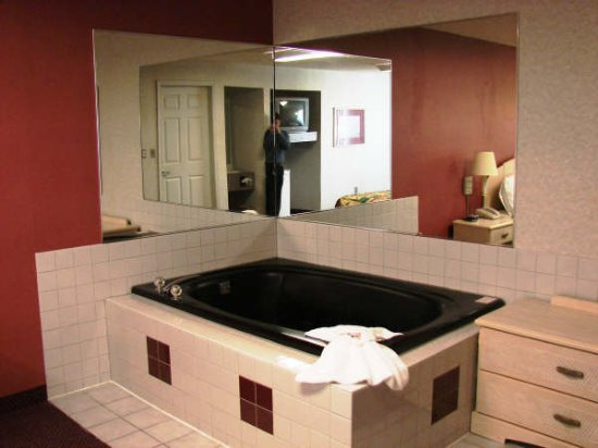 Journeys End Motel: Jacuzzi in the room