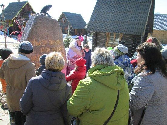 Yaroslavl Oblast, Rusia: на входе у Придорожного камня нас встретила Варвара Краса