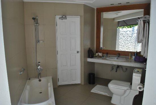 Adaaran Select Hudhuranfushi: Outside Bathroom