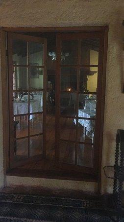 Hotel Entre Viñas : Desayunos en el comedor con chimenea