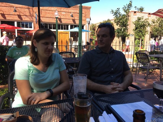 Aiken, Carolina del Sud: Great outdoor seating and location.   The beer and wine selection is very good.   Pizza is very