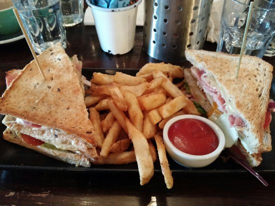 Howick, Nova Zelândia: Signature sandwich with chips. Chips was very crunchy. Huge portion.