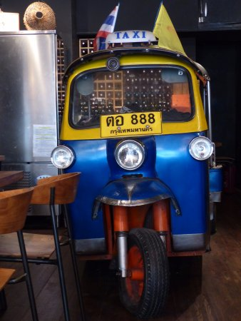 TUK TUK : Thai Street Food: Un véritable tricycle thaïlandais est entreposé dans la salle du Tuk-tuk !