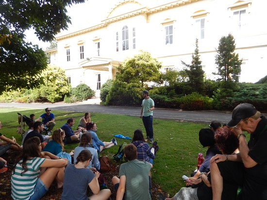Auckland Free Walking Tours: Craig telling a story in front of the Government House