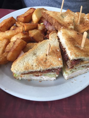 Napanee, Καναδάς: Chicken club sandwich & fries for under $9.