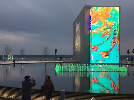 Oxon Hill, MD: Differenyt view of led screen with fountain