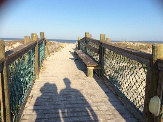 La Fiesta Ocean Inn & Suites: Boardwalk to beach