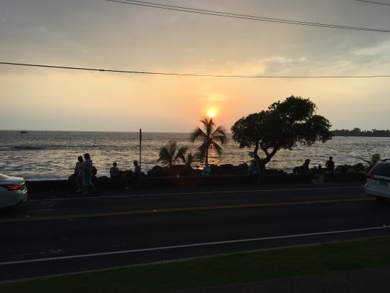 Humpy's Big Island Alehouse: View of sunset from the lower patio.