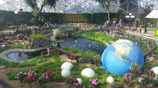 Mitchell Park Horticultural Conservatory (The Domes): Train Show