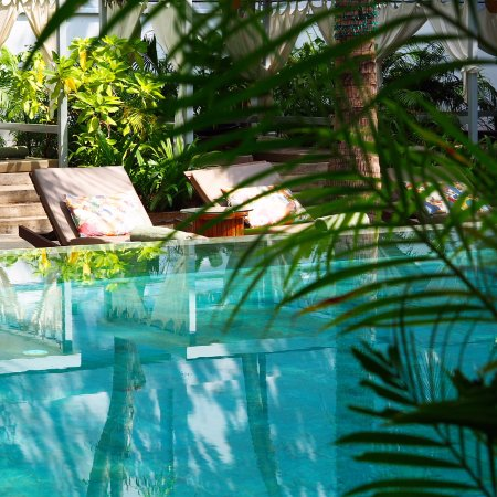 The Plantation Urban Resort and Spa: The large pool is an oasis with plenty of lounge areas - perfect to cool off after a day sightse