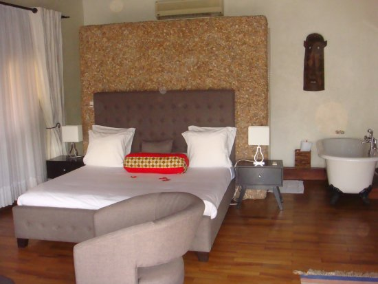 Hotel Le Petit Village: Bedroom with free standing tub