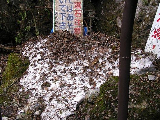 Kawachi Wind Cave: 入口横の残雪