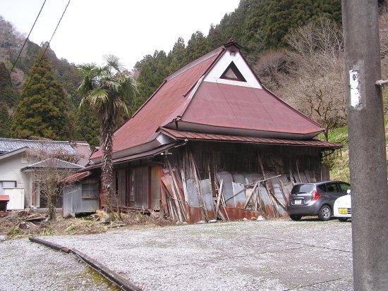 Kawachi Wind Cave: トタンに覆われていなかったら、見事なかやぶき屋根(多分)。