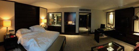 Mandarin Oriental, Jakarta: Panoramique de la chambre. La salle de bain est derrière la vitre