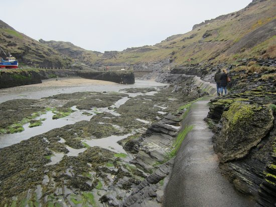 Boscastle, UK: The narrow right hand harbour path.