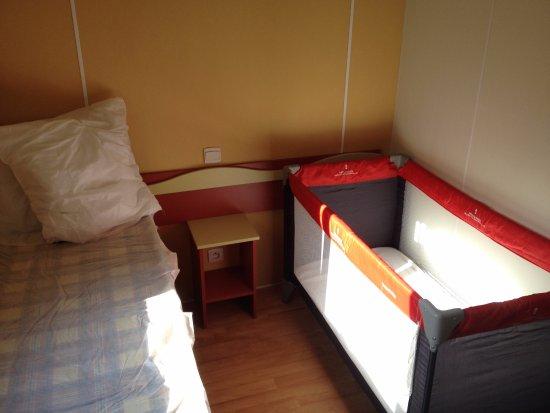 Cucuron, Frankrike: Le Kit BB comprenant un lit parapluie et une chaise haute à louer sur place