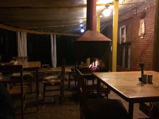Nagarkot Farmhouse Resort: la salle à manger avec le feu de bois