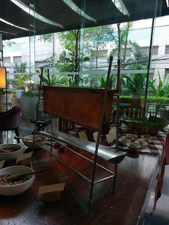 Hansar Bangkok Hotel: Fresh honey with breakfast