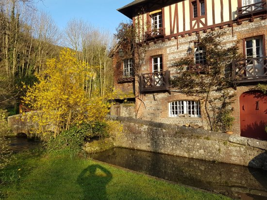 Le Moulin Fleuri du Petit Appeville : The mill with side stream in front of it