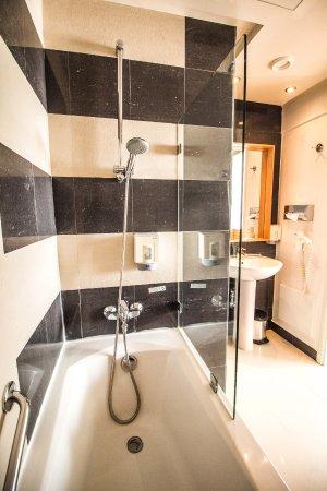 Salle de bain chambre standard - Bild von Le Pietri Urban Hotel ...