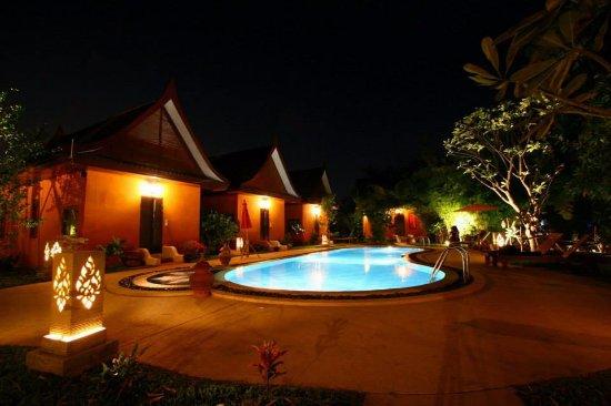 Pludhaya Resort and Spa : ห้องพีก ริมสระ
