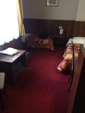 Hotel Alexander II : twin room 28 basic as u can get z shape room felt like a hallway