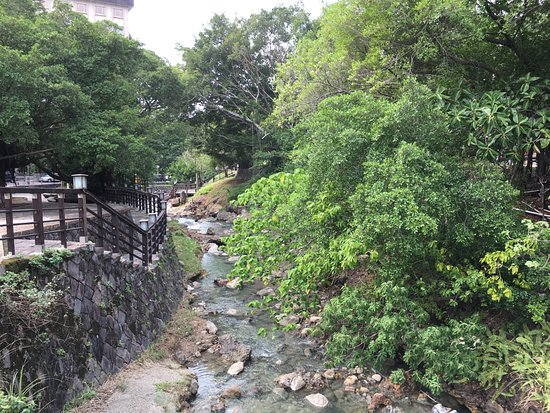 Beitou Hot Spring: 베이터우 동네의 작은 개울을 이루는 온천수