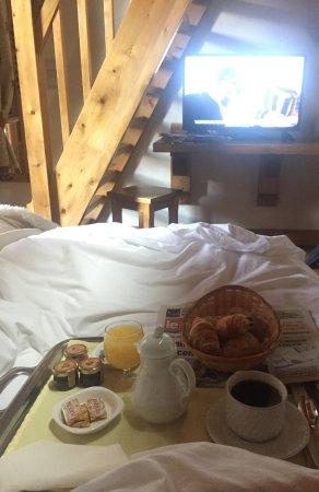 La Grange d'Arly : petit déjeuner servit en chambre avec le journal !