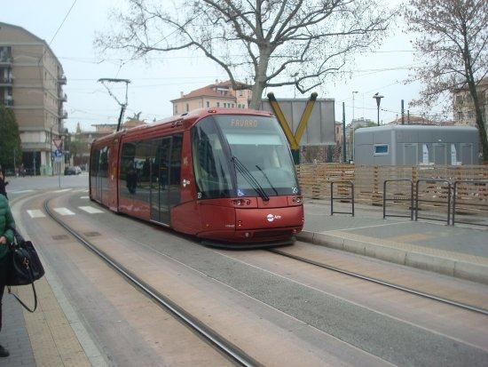 Aurora Hotel: вот такие трамваи ездят из Местре в Венецию