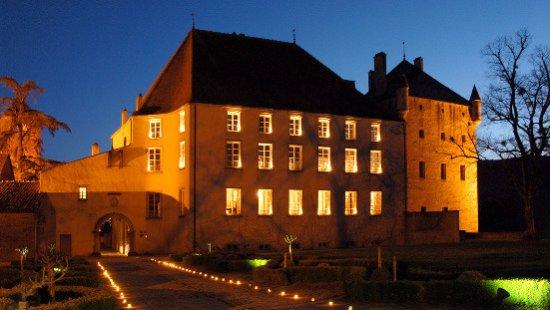 Pierreclos, France : Le château de nuit
