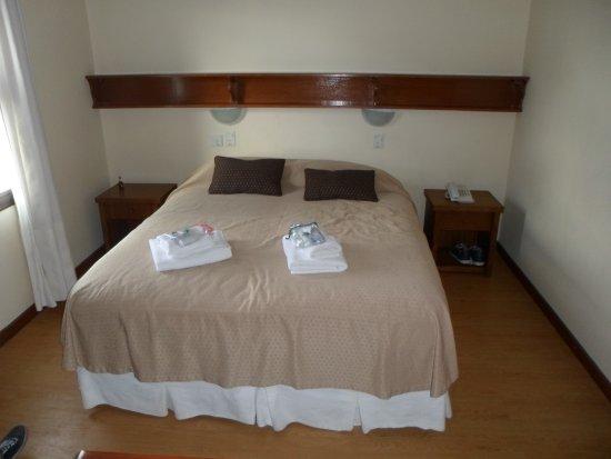 Hotel Cambria: muy comoda, limpia, cuidada. con muy buena luz natural. costurero y muchos detalles mas.