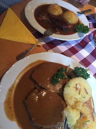 Schlammersdorf, Niemcy: Im Hintergrund Entenbbrust, im Vordergrund Rinderrahmbraten, jeweils mit Kartoffelknödel