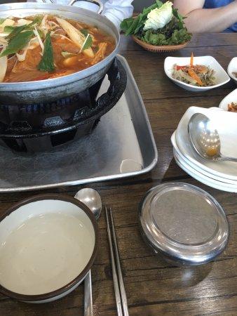 Icheon, เกาหลีใต้: 김치전골이 맛있는 곳. 저녁에 가서 직원들이 구워주는 오겹살을 맛보면 좋은 곳.