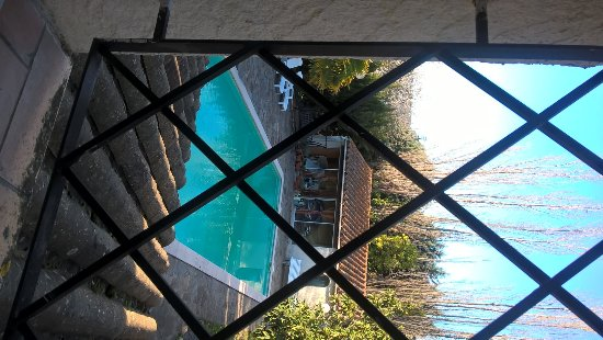 Conques-sur-Orbiel, Frankrike: The pool from our room.