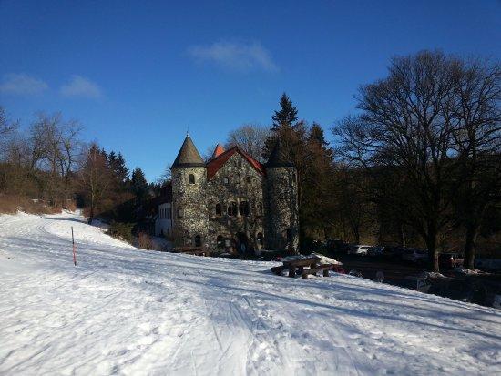 Jagdschloss Holzberg: Der Holzberghof im Schnee