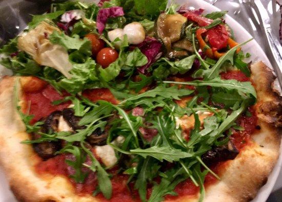 Levallois-Perret, France: la demi- pizza avec sa salade composée